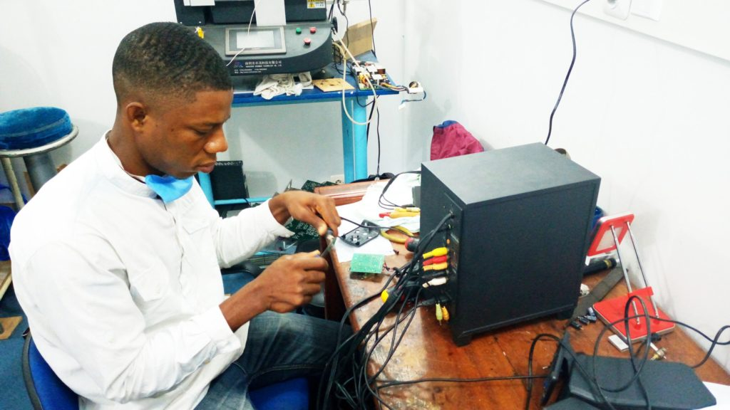 Jeaneau Agoun   Maintenancer informatique et Electronicien